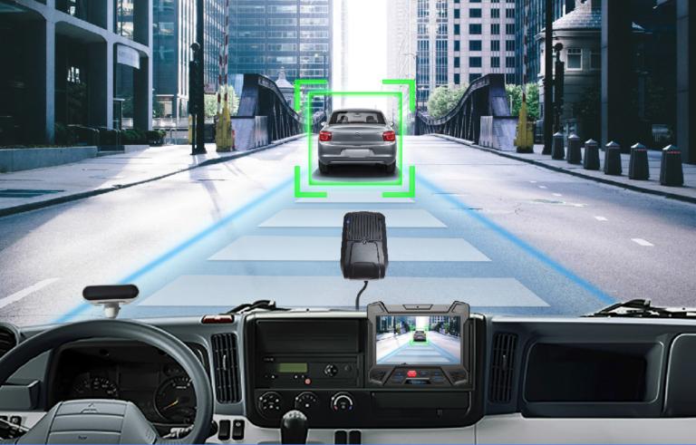 Cámara ADAS, detecta situaciones complejas frente al conductor, y provee advertencia temprana sobre posibles colisiones frontales, desvios de carril, peatones y puntos ciegos.